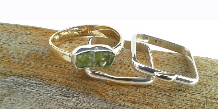 goudwn en zilveren ring metperidoot