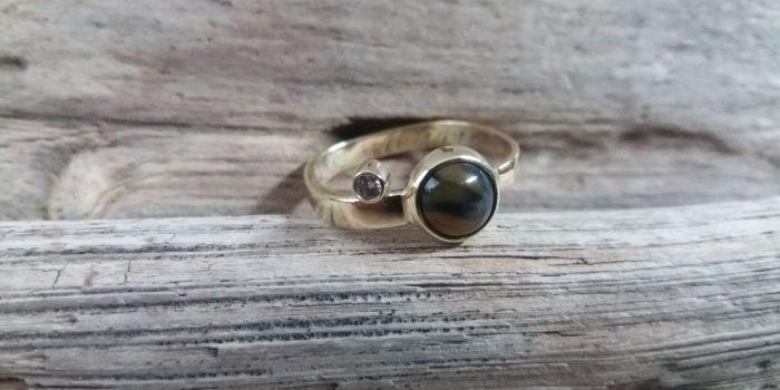 Gouden ring met agaat, diamant en inscriptie